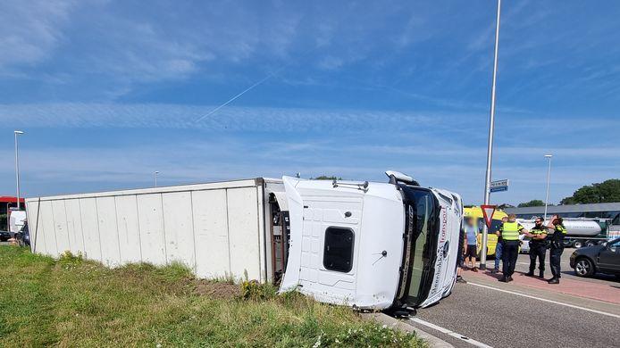 Een vrachtwagen met een koeloplegger is dinsdagmiddag gekanteld op de rotonde van de Aaltenseweg bij Varsseveld.