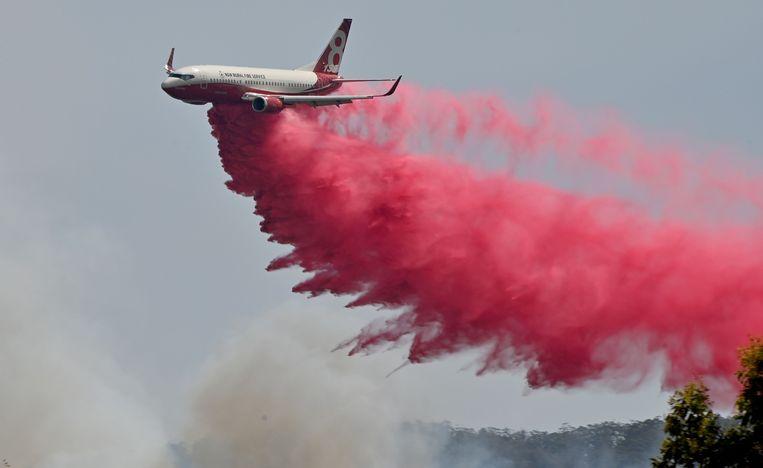 De brandweer zet onder meer dit blusvliegtuig in.