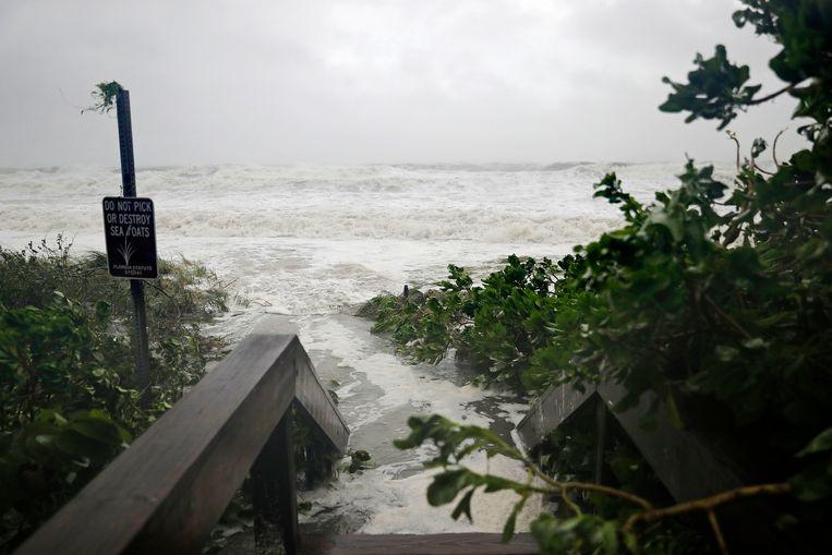 Overstromingen, storm, evacuaties en plunderingen: ook vandaag werd in Florida het openbaar leven zwaar ontwricht door de passage van Irma. Beeld AP