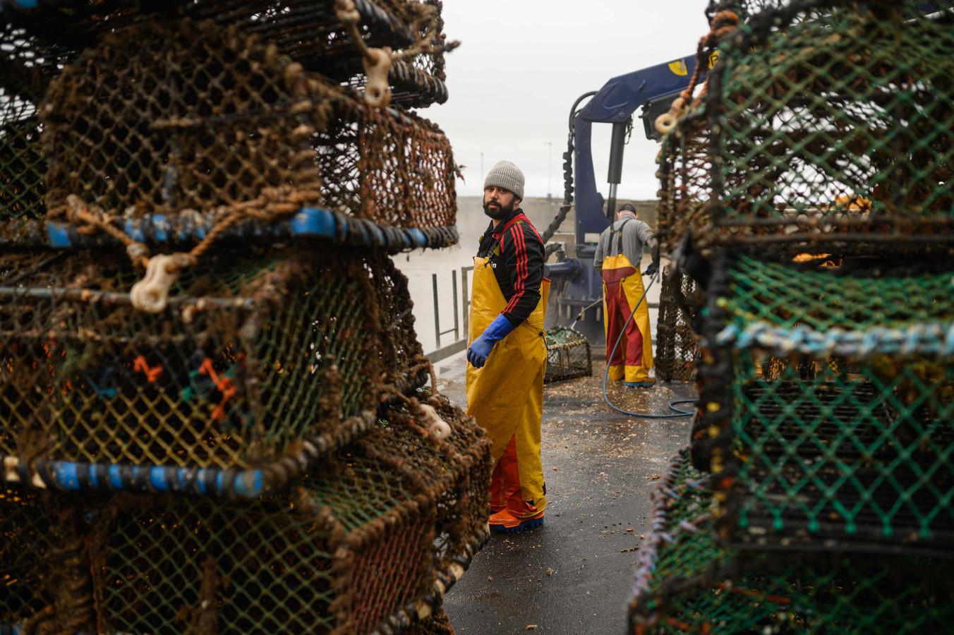 Britse vissers in de haven van Bridlington, Engeland.