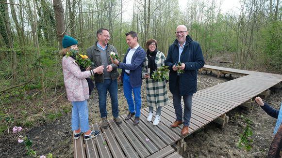 Het nieuwe vlonderpad werd vrijdagochtend onder andere ingelopen door gedeputeerde Luk Lemmens, schepen Sofie De Leeuw en burgemeester Koen Metsu (van rechts naar links).