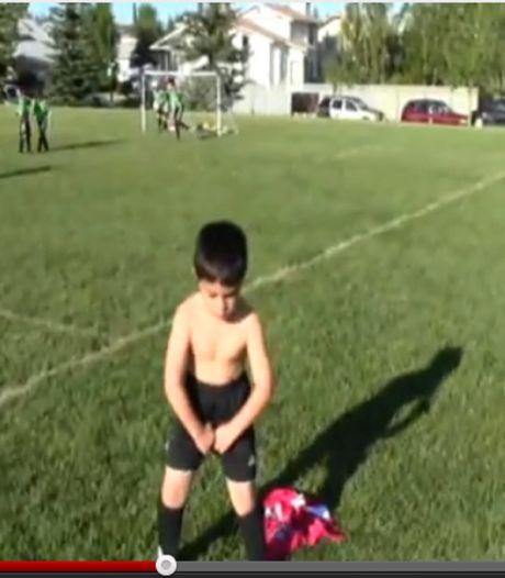 Vijfjarig voetballertje imiteert Balotelli