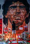 Fans van Argentinos Juniors eren hun held bij het Diego Armando Maradona Stadion.