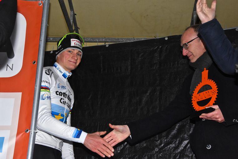 Hexia cyclocross Gullegem - Mathieu van der Poel schudt burgemeester Seynhaeve de hand