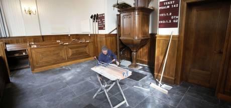 Kerk in Heteren gaat van tapijt naar tegel: metselen en voegen onder de kansel