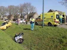 Auto en motor schieten de berm in door botsing in Cuijk