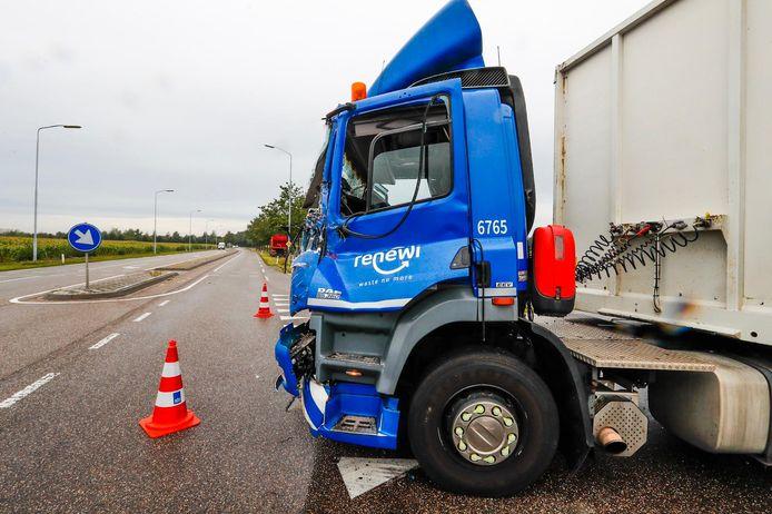 Twee vrachtwagens botsen op elkaar in Oirschot