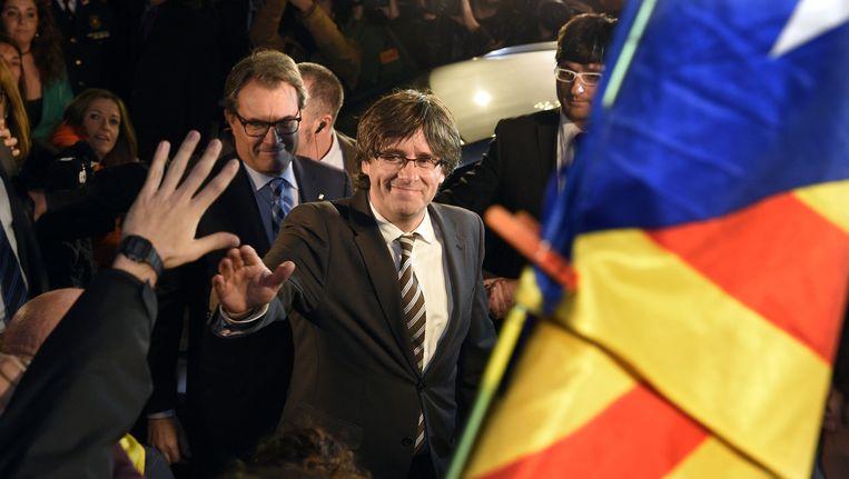 Carles Puigdemont (r.), regiopremier van Catalonië, met zijn voorganger Artur Mas achter hem. Beeld AFP