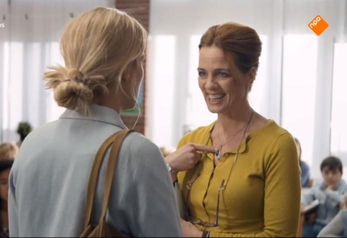 Ilse Warringa als juf Ank (rechts) in gesprek met 'luizenmoeder' Hannah, oftewel Jennifer Hoffman.