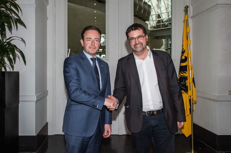 N-VA chairman Bart De Wever and Groen chairman Wouter Van Besien pictured after a meeting with N-VA chairman Bart De Wever and Flemish party chairmen on the formation of a new Flemish government after last Sunday's elections, Tuesday 27 May 2014, in Brussels. BELGA PHOTO JONAS ROOSENS Beeld belga