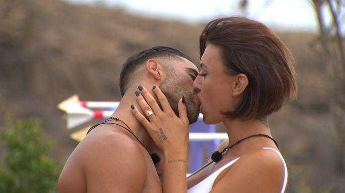 Feline en Giuliano delen hun allereerste kus op 'Love Island'