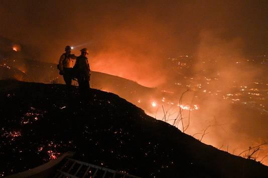 Brandweermannen aan het werk bij de Blue Ridge-bosbranden.