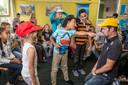 Een docent speelt tijdens de Kanjertraining een kind dat door een medeleerling wordt gepest.