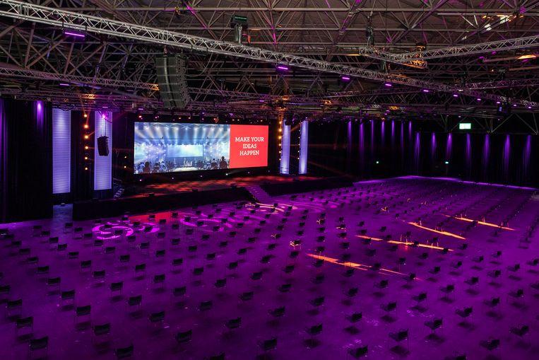 1175 stoelen passen op 1,5 meter afstand van elkaar in deze RAI-zaal. Beeld Dingena Mol