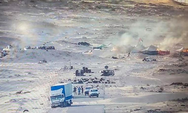 Een foto van een Facebookpagina van het Marokkaanse leger, waarop te zien is hoe tenten van Front Polisario in brand staan.  Beeld AFP