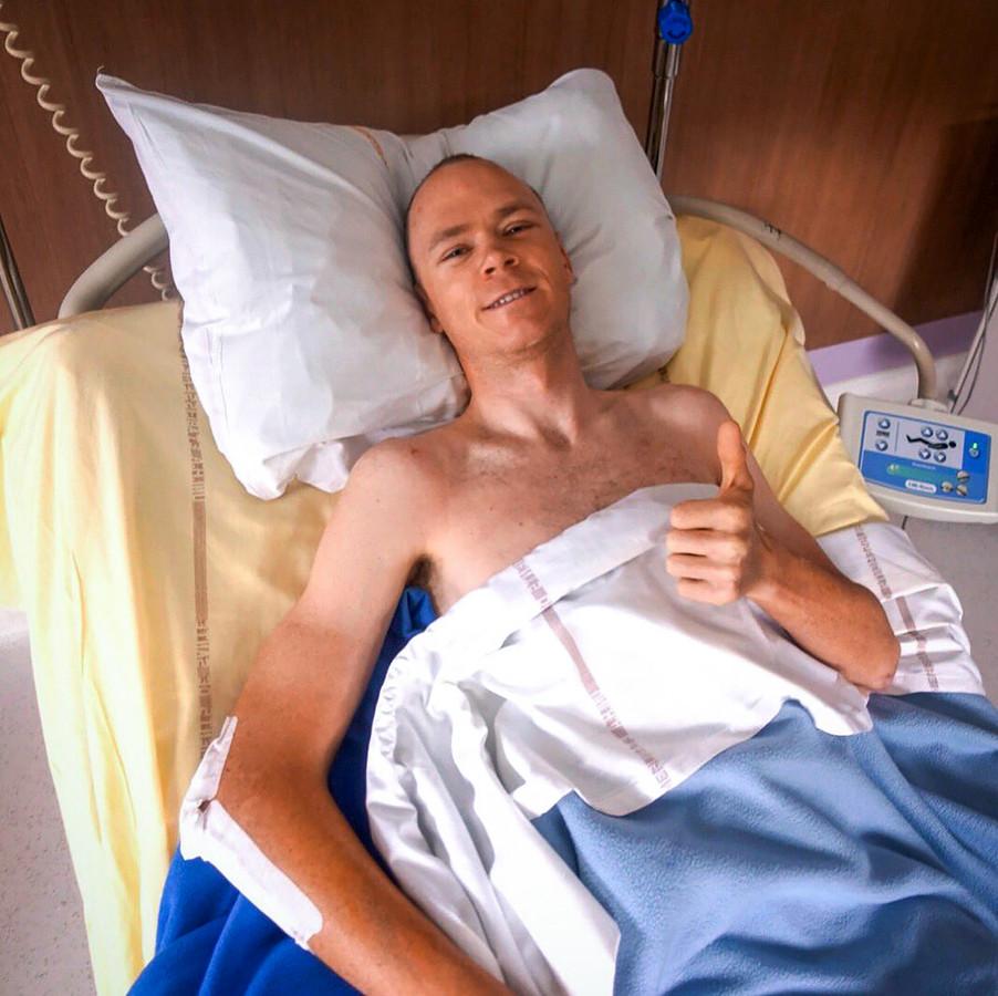 Froome op zijn ziekenhuisbed in Frankrijk.