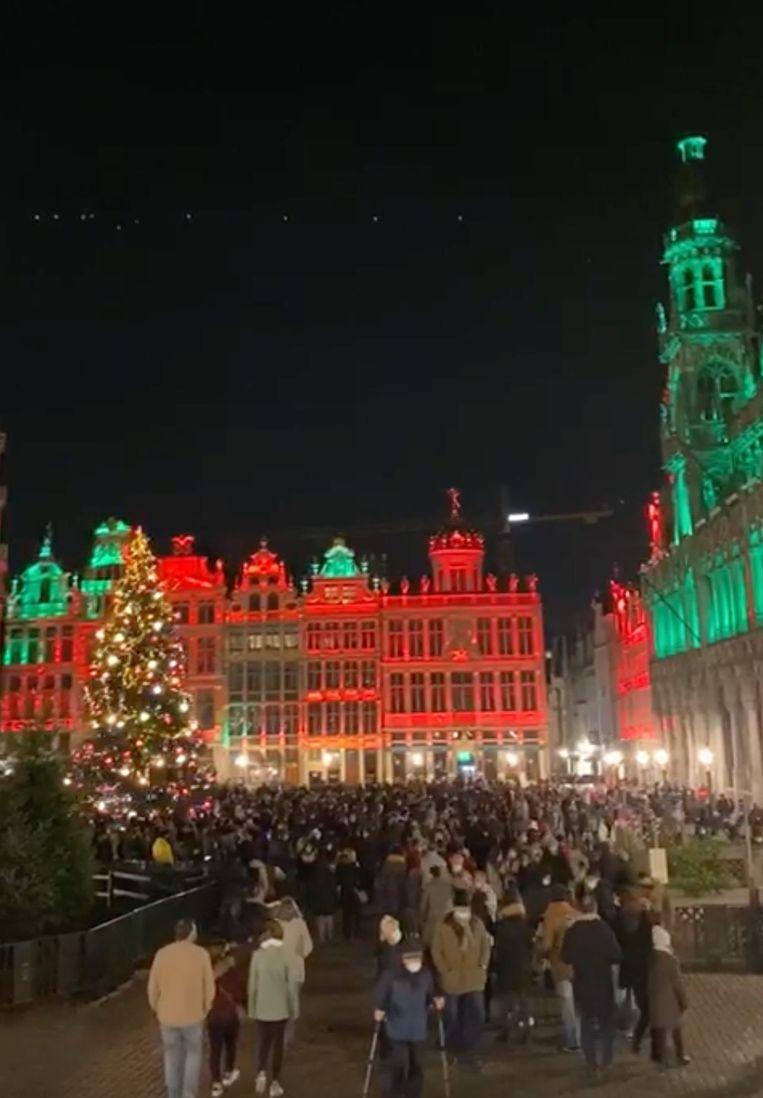 Drukte op de Brusselse Grote Markt. Beeld Marc Baert