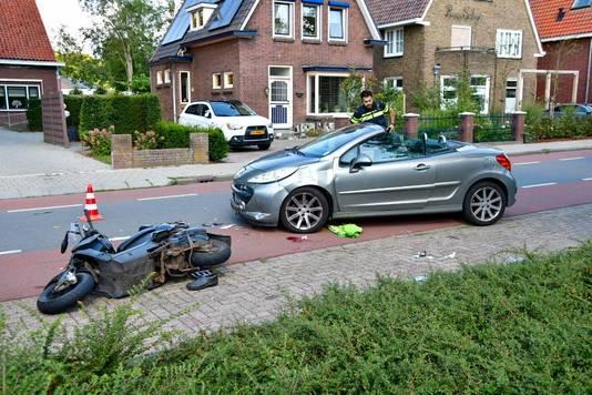De snorscooter is door een nog onbekende oorzaak tegen een auto geknald op de Molenstraat in Zevenaar. Foto Charles Moll / Persbureau Heitink