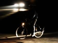 Politie waarschuwt fietsers zonder verlichting: 'Lampje is 5 euro, boete 64 euro, uitvaart 8000 euro'