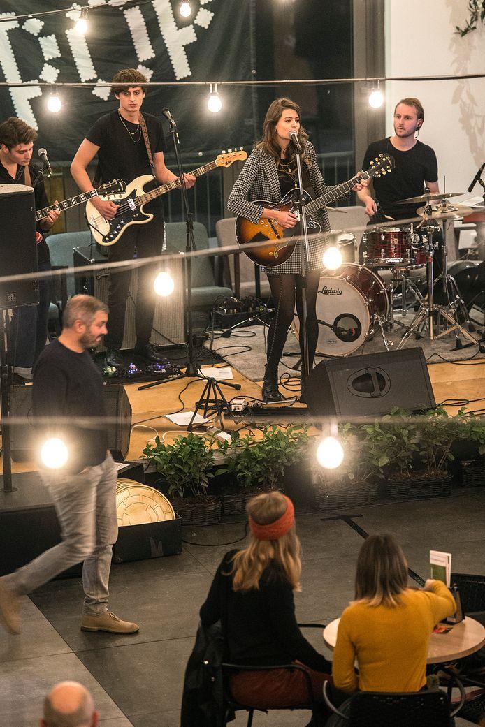 Optreden van singer/songwriter suzy v in de foodhall.