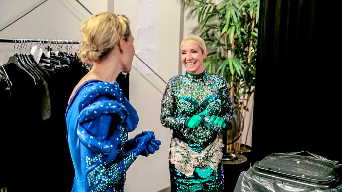 Dina Tersago en Kathleen Aerts maken zich klaar voor de show.