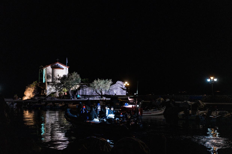 Een boot met Afghaanse vluchtelingen vaart het haventje van Skala Sikamineas op het eiland Lesbos binnen.