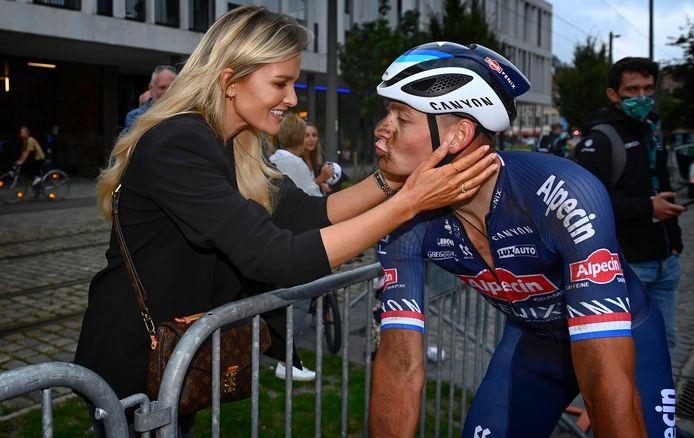 Mathieu van der Poel krijgt de felicitaties van zijn vriendin Roxanne.