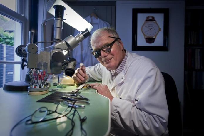 Willem van den Berg aan het werk in zijn atelier. foto Maikel Samuels