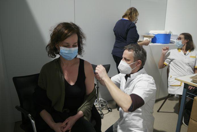 Voorlopig worden in Diest en Aarschot alleen mensen uit de zorgsector gevaccineerd, ook al zeggen velen af en komen anderen niet opdagen.