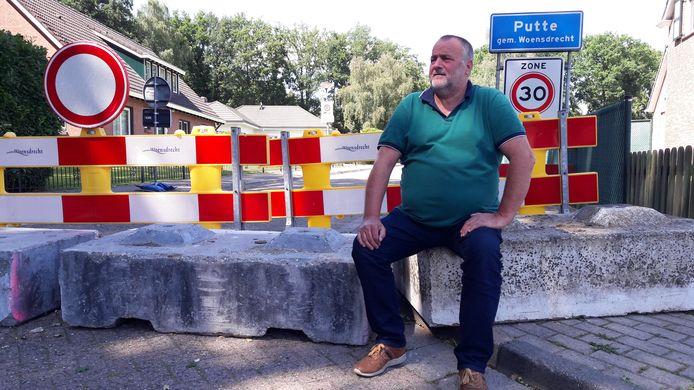 Bij Servé Bosmans aan de Canadalaan in Putte passeert veel Vlaams sluipverkeer, maar zelf kan hij tijdelijk zijn eigen dorp niet in met de auto, tenzij hij 9 kilometer omrijdt.
