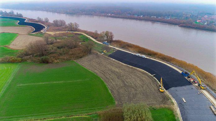 De overloopdijk kreeg een nieuw jasje in steenasfalt en zal nu verder worden afgewerkt met een laag teelaarde.