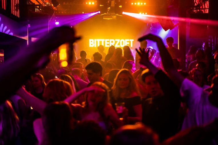 Nachtclub Bitterzoet in Amsterdam vol feestende jongeren.  Beeld Joris van Gennip