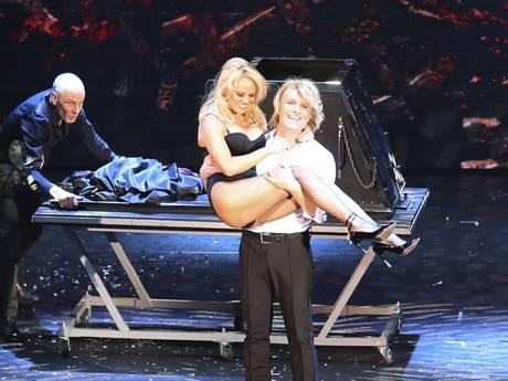 Hans Klok haalt sexy vamp Pamela Anderson terug op podium
