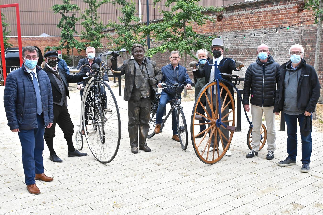Het Rodenbachjaar werd dinsdagavond afgetrapt met een fietstocht langs enkele hotspots uit het feestjaar.