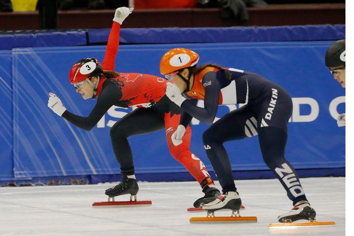 Suzanne Schulting in actie op de 1500 meter, met naast zich de Canadese Kim Boutin.