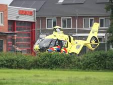 Man valt van ladder in Laren: traumahelikopter ingezet
