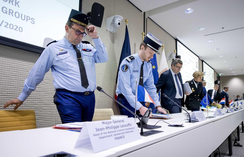 Vertegenwoordigers nemen plaats voor de persconferentie op het kantoor van Eurojust, over de ontmanteling van een versleuteld crimineel communicatienetwerk.  Beeld ANP