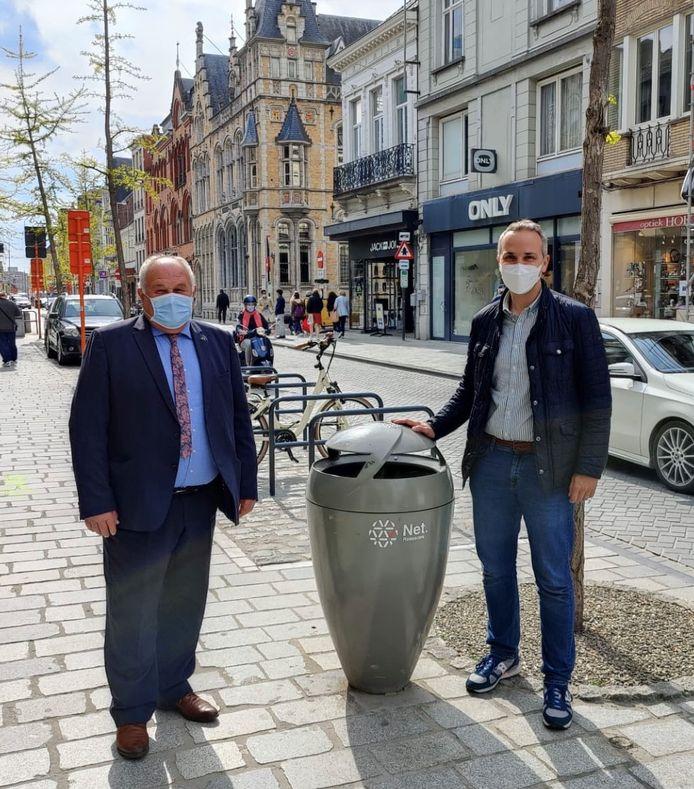 Schepen Marc Vanwalleghem en raadslid Tom Vandenkendelaere bij een vuilnisbak in de Ooststraat.