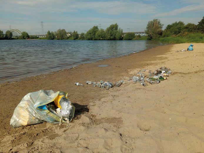 Achtergebleven afval in het Grindgat op de grens van Oosterbeek met Arnhem.