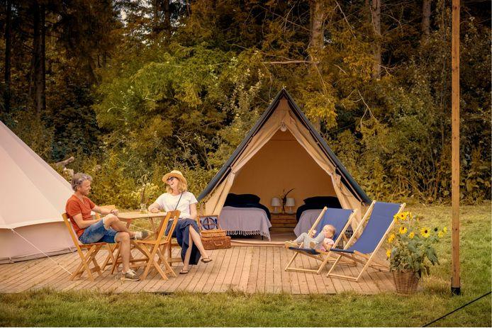 Glamping Natuurlijk in Zeewolde is kamperen in een gemeubileerde tent met wifi en ijskast, in het grootste loofbos van Nederland.