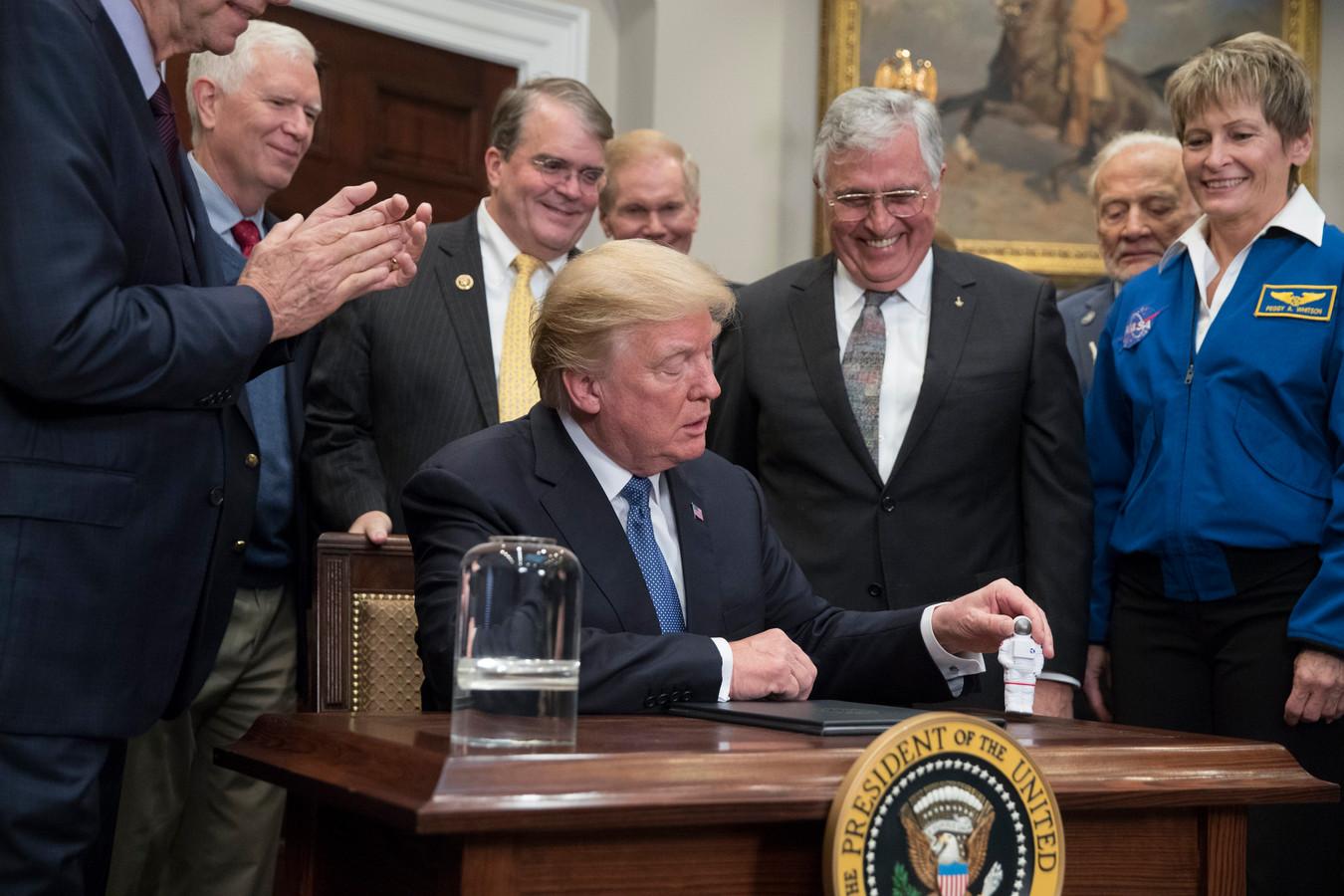 Jack Schmitt in december 2017 rechts naast president Trump. De maanreiziger, later republikeins politicus, nam een miniatuur astronaut voor Trump mee.