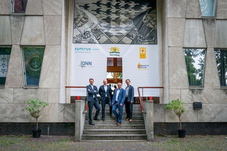 Van linksaf: Walther van Leeuwe (Syntrus Achmea), Albert Jan Gerritsen (IQNN), wethouder Richard de Mos en museumdirecteur Benno Tempel. Beeld Gemeente Den Haag/ Valerie Kuypers