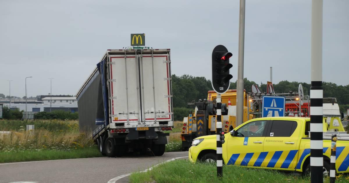 Bizar ongeluk op toerit A28 bij Nijkerk: trucker verliest trailer.