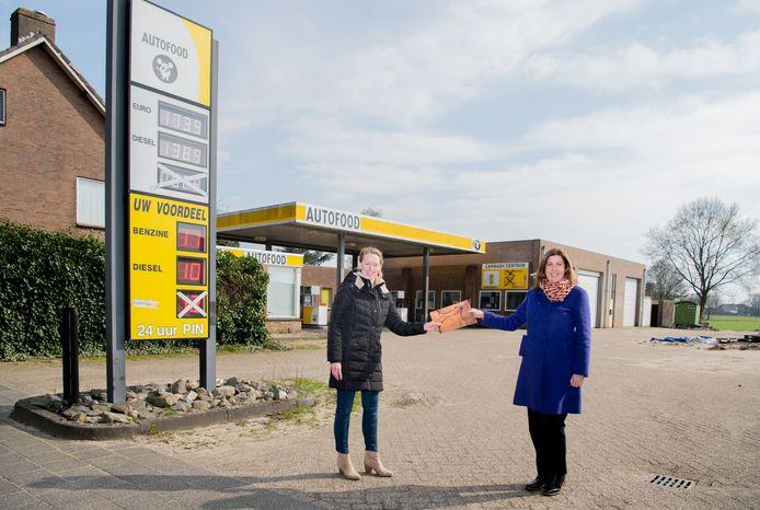 Eveline Vermeer (l.) van Vexpro en wethouder Sandra Diepstraten bij het tankstation dat verdwijnt aan Oranjestraat 113 in Gilze.