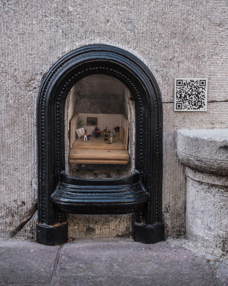 Een voetschraper van Elke Lemmens. Naast elk kunstwerkje hangt een QR-code waar je meer informatie kan krijgen. Beeld Wouter Maeckelberghe