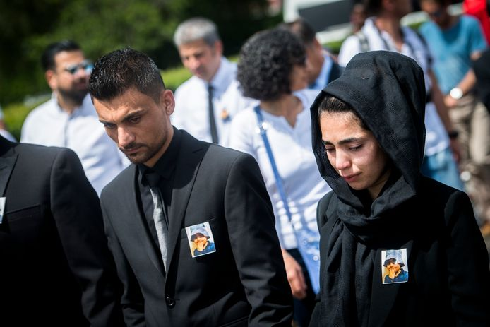 De ouders van Mawda tijdens de stille mars op 30 mei oorafgaand aan de begrafenis van het meisje.