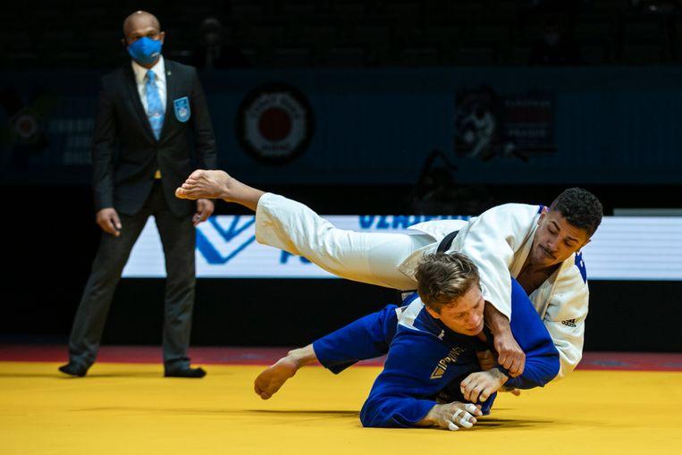 Een Belgisch onderonsje om EK-brons: Matthias Casse (blauw) versus Sami Chouchi. Beeld EPA