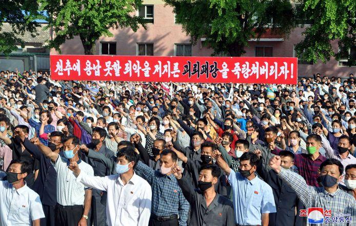 """Noord-Koreanen demonstreren tegen Zuid-Korea en de Noord-Koreaanse overlopers"""" in Kaesong, Noord-Korea."""
