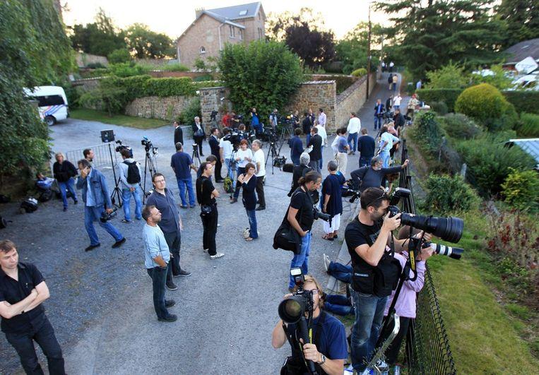 Journalisten wachten buiten het klooster. Beeld epa