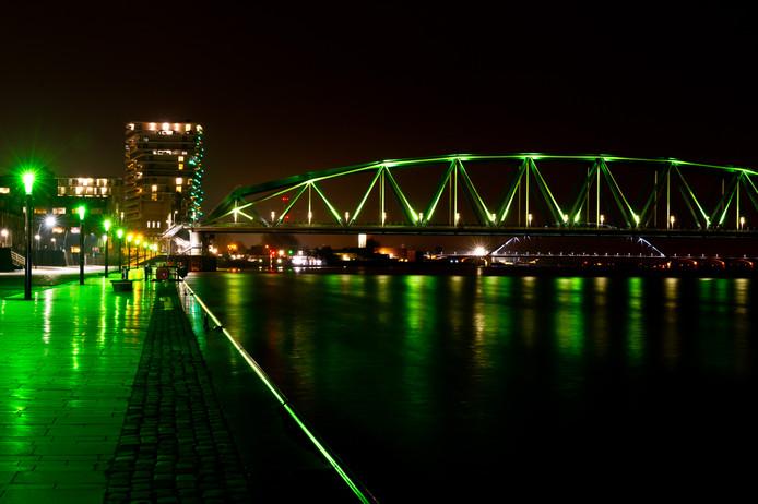 Fietsbrug de Snelbinder en de verlichting op de Waalkade werden voor Green Capital groen gekleurd.